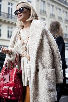 Le manteau oversize en 13 looks - The Liquor Store Fashion Gone Rouge, Winter Stil, Inspiration Mode, Shearling Coat, Mode Style, Street Chic, Fashion Outfits, Womens Fashion, Get Dressed