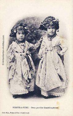 Deux gentilles guadeloupéennes. Petites filles en robes et coiffes traditionnelles de la Guadeloupe.