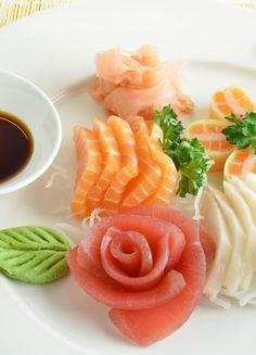 Frisches Sashimi mit Ingwer und Wasabi #sashimi #asianfood #asiatisch #japanisch #sushi Sashimi, Cantaloupe, Fruit, Ethnic Recipes, Food, Gourmet, Fine Dining, Fresh, Japanese
