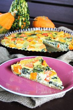 Mouku s máslem prsty promačkávejte, až vznikne drobenka. Přidejte vejce, sůl a uhněťte vláčné těsto. Zabalte do fólie a nechte alespoň půl hodiny... Savoury Baking, Vegetable Recipes, Ricotta, Quiche, Sushi, Pizza, Vegetables, Cooking, Breakfast