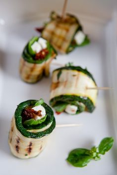 Mediterranean zucchini rolls with feta cheese and dried tomatoes The post Grilled zucchini rolls with feta cheese and dried tomatoes – grilled appeared first on Woman Casual - Food and drink Heavy Appetizers, Cheese Appetizers, Appetizer Recipes, Simple Appetizers, Seafood Appetizers, Party Appetizers, Zucchini Rolls, Grilled Zucchini, Bulgur Salad