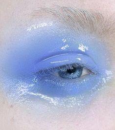 Des paupières glossy : un look monochrome avec ce mascara et ce gloss à paupière bleu aufbewahrung augen blaue augen eyes für jugendliche hochzeit ıdeen retention tipps eyes wedding make-up 2019 Makeup Trends, Makeup Inspo, Makeup Art, Makeup Inspiration, Hair Makeup, Angel Makeup, Eyebrow Makeup, Mascara, Beauty Make-up