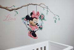 Minnie Mouse muurschildering in een krans/hart aan een tak voor in de kinderkamer van een meisje. Gemaakt door BIM Muurschildering. Home Room Design, House Design, Minnie Mouse, Silhouette Painting, Baby Girl Fashion, Diy Organization, Baby Pictures, Girls Bedroom, Baby Room