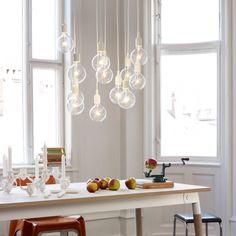 Zusammen mit der Pendelleuchte E27 socket von Muuto bildet die Glühbirne Globe eine runde Sache. Das Leuchtmittel kann sich ganz ohne Lampenschirm zeigen und sorgt besonders in der Gruppe für ein Leuchten-Highlight. Über Connox