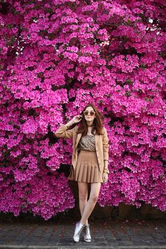 For poses. Spring outfit wearing camel pleated skirt, sequined top and camel blazer. Breaking the monochromatic look with glitter boots. Best Photo Poses, Girl Photo Poses, Girl Poses, Picture Poses, Model Poses Photography, Photography Flowers, Poses Pour Photoshoot, Shotting Photo, Instagram Pose
