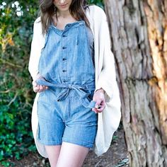 Idée look : combi-short style salopette + gilet oversized blanc >> http://www.taaora.fr/blog/post/look-ete-combishort-combi-salopette-bleue-jean-denim-gilet-oeuf-blanc #streetstyle #outfit