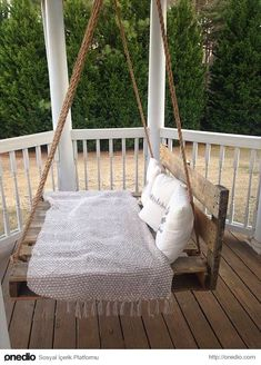 DIY Pallet Swing Bed 110 DIY Pallet Ideas for Projects That Are Easy to Make and Sell - 26 Beautiful Diy Porch Swing Bed Inspiration Pallet Crafts, Diy Pallet Projects, Backyard Projects, Wood Projects, Backyard Ideas, Recycling Projects, Pallet Diy Decor, Diy Pallet Bed, Recycled Pallets