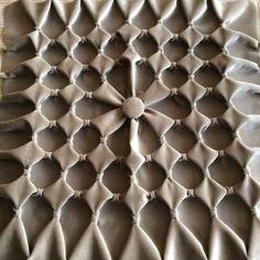 Одноклассники Canadian Smocking, Smocking Patterns, Fabric Origami, Soutache Jewelry, Heirloom Sewing, Fabric Manipulation, Plastic Canvas Patterns, Handmade Bags, Decoration