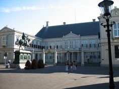 Noordeinde Palace, houses the offices of the Queen of the Netherlands
