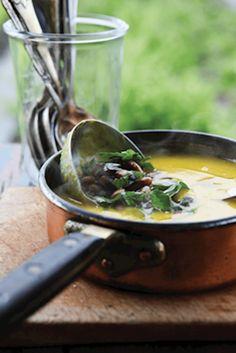 Hokkaidosuppe og belugalinsesalat med grønkål og hasselnødder