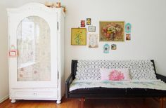 I'm sooo in love with this cupboard and these vintage pictures on the wall!
