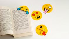 This emoji corner bookmark is very easy to make with single piece of paper. It's really fun to see the emoji holding papers of your book. Emoji Bookmarks, Bookmarks Diy Kids, Bookmarks Quotes, Corner Bookmarks, How To Make Bookmarks, Paper Folding For Kids, Kool Kids, Back To School Supplies, Easy Paper Crafts