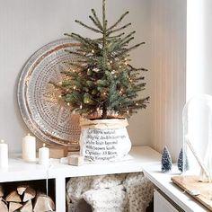 Me encantan las decoraciones sencillas para #Navidad y la del post de hoy os va a encantar. Una cabaña al más puro estilo invernal. Descúbrelo al completo ➡ www.virlovastyle.com . #decoration #interiordesign #instadecor #homedecor #whitecolor #christmasiscoming #christmastree #decoraciondenavidad #deco #interiorismo #scandinavian #escandinavo #rustic
