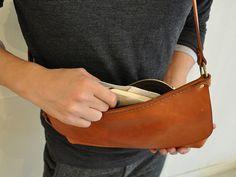 旅で使う鞄として考案したイタリアンレザーのボディバッグ「革鞄のHERZ(ヘルツ)公式通販」 Belt Pouch, Leather Projects, Custom Bags, Leather Pouch, Leather Working, Leather Craft, Messenger Bag, Handbags, Mens Fashion