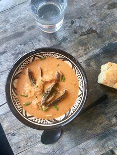 Fiskesuppe med blåskjell og reker – Båtmat Thai Red Curry, Ethnic Recipes, Food, Meal, Hoods, Eten, Meals