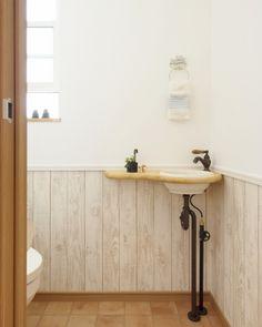 『かわいい家photo』では、かわいい家づくりの参考になる☆ナチュラル、フレンチ、カフェ風なおうちの実例写真を紹介しています。 Small Toilet Room, Diy Décoration, House Painting, Entryway Bench, Diy And Crafts, House Design, Storage, Interior, Furniture