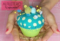 TUTORIAL ALFILETERO CUPCAKE Sewing Crafts, Sewing Projects, Projects To Try, Pincushion Tutorial, Types Of Handbags, Sew On Patches, Hope Chest, Pin Cushions, Hand Stitching