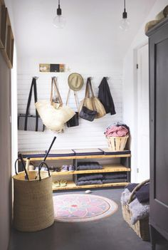 Entrance: simple fixed seating with storage for shoes underneath (doesn't need cushions?). Multiple hooks above for coats. Style At Home, Decoration Inspiration, Interior Inspiration, Decor Ideas, Interior Ideas, Interior Decorating, Room Ideas, Hall Deco, Casa Hygge