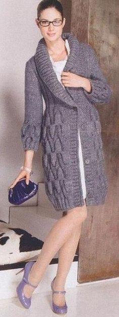 Пальто с шалевым воротником спицами  Теплое пальто с оригинальным узором связано спицами. Пальто связано на спицах №5 и №6. Пальто связано из пряжи серого цвета, следующего состава: 70% шерсть и 30% полиамид. Пальто длиной до середины колена. Пальто спереди застегивается на крупные пуговицы, того же цвета что и пряжа из которого оно связано. Жакет-пальто имеет приталенный силуэт. Манжеты и воротник у пальто связаны резинкой два на два. Подробное описание вязания пальто со схемами вы можете…