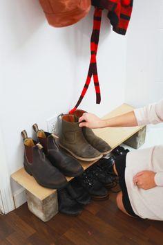 下駄箱が少なく靴の収納に困っている方におすすめしたい、簡単靴置き場。下に入れる靴の高さに合わせて、レンガを選びましょう。