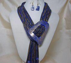 Blauwe sjaal ketting met bijpassende sluiting en oorbellen
