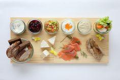 お好みのオープンサンドイッチを味わえるオードブルのセット。 ちなみに北欧ではライ麦パンがよく食べられます。 Food Styling, Dairy, Cheese