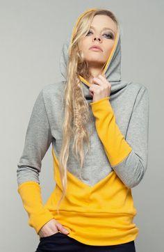 """""""goldmohn"""" ist ein lässiger kapuzenpullover aus kuscheligem sweatshirtstoff in hellgrau (65% baumwolle, 35% polyester) und weichem jersey in ockergelb (100% baumwolle). seine zweifarbige teilung..."""