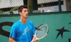 Djokovic vince la finale degli Australian Open il tennista serbo djokovic alla fine è riuscito a battere nadal nella finale degli australian open. il numero 1 al mondo ha dominato nettamente il suo incontro tanto da portarsi a casa in tre set la sua settima finale. una partita in cui la supremazia del tennista serbo è apparsa evidente a tutti. nadal ha cercato in tutti i modi di ribattere ai colpi del suo avversario ma senza riuscirci ed alla #tennis #djokovic #nadal #final Australian Open, Big Love, Tennis Racket, Sports, Home, Hs Sports, Sport