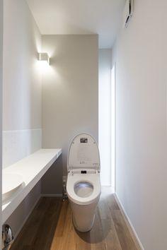 トイレ|暮らしのアイデアギャラリー|ウンノハウス Bathroom Toilets, Washroom, Toilet Room, Natural Interior, Bathroom Windows, Bathroom Design Small, Cozy Place, Bathroom Inspiration, Bathroom Lighting