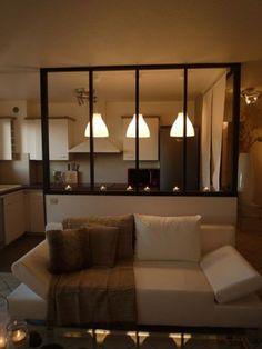 Transition entre la cuisine et le salon avec une verrière