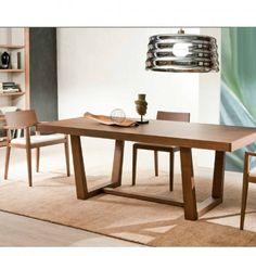 3 357,50 € Dimensions : 200 x 90 cm (300) 12 à 14  personnes. Livrée démontée. La table Delta est un modèle en frêne massif pour les pieds et en placage pour le plateau. Les allonges sont dans la continuité du plateau et cachées à l'intérieur de celui-ci, ce qui fait son originalité.  La structure de cette table est en frêne  massif. Plateau en placage frêne. Mécanisme de rallonge en aluminium dans le plateau.