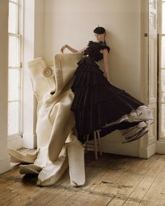 Coco Rocha and Giant Glove - November 2006 - Vogue UK - Tim Walker Photography Mario Testino, Vogue Uk, Vogue Photo, Vogue China, Vogue Japan, Vogue Russia, Vogue Paris, Arte Fashion, Editorial Fashion