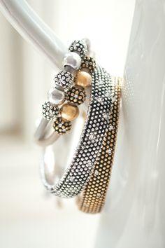 Deze leuke bronzen armband met beige leer is een prachtige aanvulling op de succesvolle collectie Diamond Ball van A Goed draagbaar naast uw bestaande armbanden.