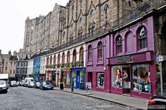 Als wir am Ende unseres Schottland-Roadtrips für 2 Tage in Edinburgh landeten, empfing uns die Stadt standesgemäß mit nass-kaltem Wetter und einem bleigrauen Himmel. Trotzdem war das mit uns und Ed...