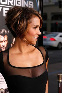 Halle debuted a shorter, graduated bob with plenty of highlights at the premiere of X-Men Origins: Wolverine, a look very different from Storm's signature silvery strands. Halle Berry Haircut, Halle Berry Hairstyles, Bob Hairstyles, Haircuts, Halle Berry Style, Halle Berry Hot, Hally Berry, Curly Hair Styles, Natural Hair Styles