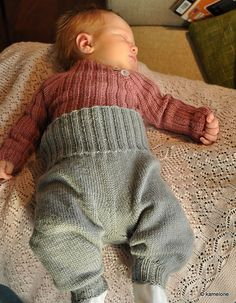 Ravelry: Balloon Baby Pants pattern by Ingrid Aartun Bøe Knit Baby Pants, Baby Pants Pattern, Free Baby Blanket Patterns, Baby Leggings, Baby Knitting Patterns, Baby Patterns, Knitting For Kids, Knitting Projects, Baby Girl Dungarees