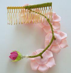 Peine del pelo de flores de tela Kanzashi. Peine de cabello