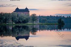 Linnamaisema - heijastaa heijastua heijastus historiallinen Hämeen linna ilta järvimaisema keskiaikainen kiivilinna kivinen linna maisema matkailu nähtävyys rakennus turistikohde tyyni Vanajavesi vanha yömaisema