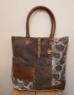Dit is een ruime tas gemaakt van tentstof van een oude de