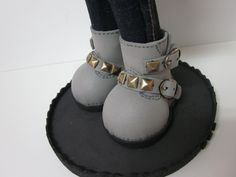 Onix(Mercedes Teruel) How To Make Shoes, Polymer Clay Crafts, Doll Shoes, Cold Porcelain, Fabric Dolls, Doll Accessories, Gladiator Sandals, American Girl, Doll Clothes