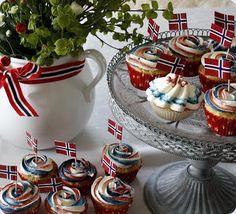 Gry´s Kjøkkenskriverier: 17. maicupcakes med topping i rødt, hvitt og blått.