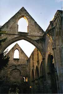ABBAYE DE JUMIEGES, EGLISE ST PIERRE, 4: Depuis l'église Notre-Dame, un passage mène à l'église St-Pierre, réservé aux moines. On peut observer une césure stylistique: la façade occidentale et les deux 1° travées de la nef sont de styler préroman, tandis que le reste de la nef est gothique (13°s) A l'intérieur, on aperçoit des restes de décor peint de part et d'autre du portail.