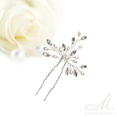 Kézzel készült romantikus menyasszonyi hajtű gyöngyökkel és kristályokkal díszítve. Könnyen a frizurád formájához igazíthatod a hajlékony drótok segítségével. Nikkelmentes fémből készült, nem okoz allergiát.