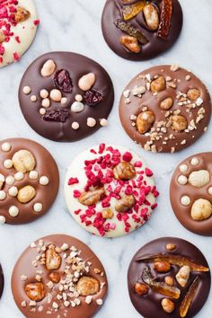 Food cravings before periods and during are common with various causes, including changes in blood sugar and hormones or reduced levels of certain nutrients. Chocolate Bark, Homemade Chocolate, Chocolate Desserts, Chocolate Blanco, Candy Recipes, Dessert Recipes, Handmade Chocolates, Food Cravings, Food Gifts