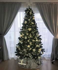 33 Amazing Silver And White Christmas Tree Decorations Ideas # White Christmas Tree Decorations, Silver Christmas Tree, Beautiful Christmas Trees, Xmas Tree, Christmas Home, Christmas Tree Ornaments, Holiday Decor, Christmas Tree Inspiration, Christmas Wonderland
