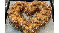 Muttertagsherz Brioche - Rezeptsuche French Toast, Breakfast, Food, Brioche, Baked Goods, Sweet Recipes, Morning Coffee, Essen, Meals