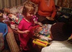 Маленькая Милана живет в Кировском поселке. Она любит играть в куклы, рисовать и лепить. Сложно поверить, что эта радостно улыбающаяся в объектив фотоаппарата четырехлетняя девочка всего три недели...
