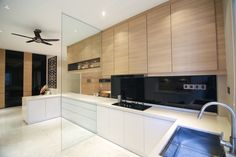 The combination of timber finish of the wall cabinets combined with the gloss white floor cabinets creates a sleek and classy look.