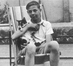 Настоящее имя Пола — Кирилл Томас Митчелл. Он родился в 1936 году в Шотландии