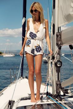 18 Cool and Chic Jumpsuits for Summer - Pretty Designs Yacht Mode, Cruise Outfits, Summer Outfits, Summer Shorts, Baskets Converse, Winston White, Jeans Overall, Yacht Fashion, Yacht Week